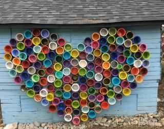 Réalisation d'une murale en forme de cœur portant le message d'espoir
